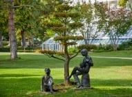 Der Lautenspieler und der Lauscher sind aus Bronze vom Bildhauer Helmut Bourger (1929 bis 1989) und ein Geschenk von der DREWS-Stiftung.
