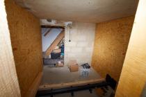 """Pelletraum im Aufbau mit OSB 18mm Platten. Auch die Schnecke im Pelletlager wurde gesetzt und die noch vorhandene Elektrik wurde aus dem Pelletraum entfernt. Eine Leitung """"Elektroboiler"""" wurde schon in Eigenregie umgelegt."""