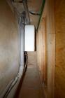 Da Heizleitungen und noch ein Elektroboiler als Notsystem dient, musste ein gewisser Abstand zur Wand eingehalten werden. Der Pelletraum wurde an drei Seiten (Elektroboiler, Fenster, Durchbruchseite) mit zirka 50 Zentimeter Durchgang eingeplant.