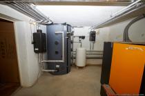 Pufferspeicher, Wärmetauscher, Ausgleichsbehälter und Primärpumpensystem.