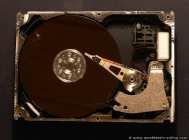 Die Festplatte ist ein Datenspeicher, bei dem auch nach dem Ausschalten die Daten erhalten bleiben. Der Grundaufbau ist bei allen Festplatten gleich.. Die Größe einer Festplatte ist bautechnisch schon vorbestimmt so gibt es 2 ½, 3 ½ und 5 ¼ Zoll Festplatten. Die 2 ½, ab und zu auch 2 Zoll Festplatten, werden in Notebooks eingesetzt, da hier auf platzsparende Technik Wert gelegt wird. Leider spürt man das auch im Preis. Die Standard-Festplatten von 3 ½ Zoll findet man in fast allen Computern. Dabei ist die Festplatte in einem seperaten Festplattenkäfig oder mit einem 5 ¼ Zoll Einbaurahmen in einem Laufwerksschacht untergebracht. Die 5 ¼ Zoll Festplatten sind heute nicht mehr anzutreffen, waren aber von 1980 bis schätzungsweise 1996 einer der ersten kleineren Festplattenmodelle.