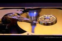In einem Festplattengehäuse befinden sich übereinander mit einem gewissen Abstand gelagerte Magnetscheiben. Auf diesen Scheiben, auch Plattern genannt, werden alle Daten gespeichert, dabei werden nicht nur Daten auf die Oberfläche, wie bei einer CD und DVD geschrieben, sondern auch auf die Unterseite. Die Plattern besitzen ein sehr hohes Maß an Reinheit und sind in dem Gehäuse luft- und staubdicht verpackt.