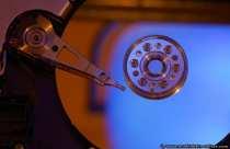 Am Ende des Arms (Aktuators) sitzt der Schreib- und Lesekopf der die Daten auf die Magnetscheibe schreibt oder entfernt. Bei dieser kompakten und engen Bauweise, da die Gehäusebreite vorgegeben und die Tiefe computertechnisch bedingt kurz sein muss, bemühen sich alle Hersteller ihre Festplatten langlebiger, stoßsicherer, leiser und vor allem geringer im Stromverbrauch zu entwickeln. Das größte Problem der Festplatte ist die Wärmeentwicklung, wobei die Hersteller in diesem Bereich schon gewaltige Fortschritte, bedenkt man die Festplattengrößen, gemacht haben. Trotzdem empfiehlt sich, besonders bei den steigenden Sommertemperaturen, immer ein Festplattenkühler. In Serverräumen und in Büros sollte man die Klimaanlage regelmäßig auf ihre kühlende Funktion überprüfen. Das Computersystem, besonders das Gehäuse, sollte während dem Betrieb nicht getreten, weil MS mal wieder spinnt, und andersweitig erschüttert werden. Bei Erschütterungen kann der Schreib- Lesekopf während des Einsatzes auf die Magnetscheibe aufsetzen, diesen Vorgang nennt man Headcrash. Es ist dann nur noch eine Frage der Zeit, wann die Festplatte komplett ihren Dienst verweigert.