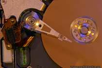 Der gelöste Stecker hat normalerweise kontakt mit der gegenüberliegenden Laufwerksplatine. Vom Stecker geht eine flexible Leiterplatte (Datenleitung) zu einem Microprozessor, der am Arm befestigt ist. Vom Microprozessor am Arm gehen winzige Leiterbahnen zu den Lese- und Schreibköpfen.