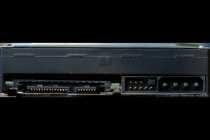 Hier der Serial-ATA-Anschluss von rechts nach links: SATA-Stromanschluss, SATA-Datenanschluss, undefinierbarer Jumper-Block bei dieser Festplatte (Bei einigen Modellen kann man hier per Jumper die Übertragungsrate vermindern von 300 auf 150 MB/s) und ganz rechts der herkömliche Stromanschluss, der auf den heutigen SATA-Festplatten nicht mehr zu finden ist, deshalb sollte man immer Anschlusskabel mitbestellen, wenn man eine neue SATA-Platte kauft.