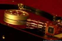 Für ein Betriebssystem wäre eine neue Technologie allerdings interessanter als eine Festplatte. Wer kennt noch die Amiga-Technologie? Booten mit EE-Prom oder heutzutage mit ganz neuer Technik mit z.B. SD-Card, Flashcard oder ähnlichem, wo die Daten resistent und stabil sind wäre eine interessante und schnelle Lösung, denn die Daten des Betriebssystemns (egal welches) werden nicht geringer, sondern immer größer und das booten 'sogenannte Hochfahren des Rechners' nimmt doch viel Zeit in Anspruch. Die heutigen (Oktober 2008) Festplatten (SATA-2 300 MB/s) mit 1 Terrabyte (1000 Megabyte) Speicherkapazität sind schon kleine Speichergiganten. Wann stoßen die Hersteller an die Speichergrenzen in einem 3,5 Zoll Festplattengehäuse? Stand 1019: Und mittlerweile wurde ein Sprung in eine neue Festplattentechnik vollzogen. SSD Solid State Disc, kleine und extrem schnelle Festplatten ohne mechanisch bewegliche Bauteile. Die Festplattentechnik der Zukunft mit reinster Mikroelektronik. Aber auch herkömmliche Festplatten sind noch mit gigantischen Größen bis 20TB Terabyte erhältlich.