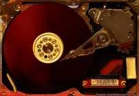 SATA-Festplatte mit Blick in das Gehäuseinnere.