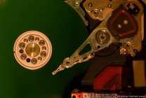 Am Schreib- und Lesekopf wurde der hintere obere Magnet entfernt. Die Spule des Arms liegt nun frei. Hinter der Spule ist ein kleiner Magnet, der den Arm in der Parkposition festhält. Dieser zusätzliche Magnet war im IDE-Modell (Ebenfalls in dieser Fotoserie zu sehen) nicht vorhanden. Das IDE-Modell hatte nur eine mechanische Arretierung.