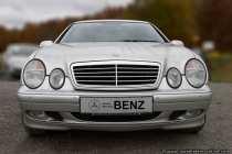 Im Jahre 1998 schluckte Daimler den Kfz-Hersteller jenseits des Atlantiks und der Name Benz wurde unter den Tisch gekehrt, dabei hat Daimler-Benz die Firma nach dem Krieg erst groß gemacht. Benz steht für Tradition und Geschichte, doch was kümmert dies einen Weltkonzern wie Daimler (ohne Benz). Ein bisschen Tradition lebt trotzdem im Stuttgarter Automuseum (Mercedes-Benz-Museum) weiter. Daimler, Benz und Mercedes. Diese Namen erinnern noch heute an ein robustes, zuverlässiges und kraftvolles Automobil mit dem Stern auf der Haube. In fast jeder Fernsehserie 'von damals' war ein Mercedes zu sehen - heute sind die Fernsehauftritte rar geworden.
