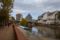 Die alte Nahebrücke wurde um 1300 als Ersatz für eine Holzbrücke gebaut. Die Steinbrücke überspannt den Hauptarm der Nahe und den Mühlenteich. Die Brückenhäuser wurden erstmals im Jahre 1495 erwähnt.