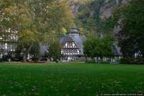 Kuranlage mit fallenden Herbstblaettern