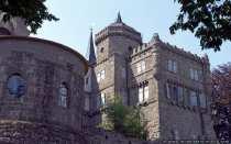 Die Löwenburg ist von einem Graben umgeben