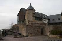 Burganlage Waldeck im Landkreis Waldeck-Frankenberg in Hessen (Edersee) mit Kanone im Vordergrund und dem Pulverturm dahinter.