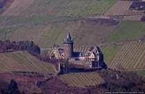 Die Burg Stahleck aus dem 12. Jahrhundert bei Bacharach am Mittelrhein beherbegt einer der schönsten Jugendherbergen Deutschlands und bietet einen atemberaubenden Ausblick.