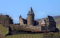 Da die Burg als Jugendherberge dient, können die neu errichteten Gebäude nicht besichtigt werden. Trotzdem kann der Hof betreten werden und durch die niedrige Brüstung hat man eine fantastische Aussicht über das Rheintal.