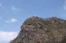Der Loreleyfelsen ist ein 132 Meter hoher Schieferfelsen bei Sankt Goarshausen. Laut einer Sage saß eine Nixe, namens Loreley, auf dem Loreleyfelsen und hypnotisierte mit ihrer bezaubernden und verführerischen Stimme und mit ihrem blonden langem Haar, welches sie kamm, die vorbeifahrenden Seefahrer. Diese nahmen die gefährliche Strömung und die Felsenriffe durch die Nixe nicht mehr wahr und zerschellten mit ihren Booten.