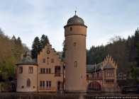 Schloss Mespelbrunn liegt im Spessart und ist eine bekannte Filmkulisse. Hier wurden Aufnahmen zum Film 'Das Wirtshaus zum Spessart' gedreht.