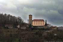 Burg Guttenberg am Neckar ist aus dem 12. Jahrhundert und liegt auf einer Bergnase zwischen dem Neckar- und Mühlbachtal. In der Stauferzeit (um 1200) wurde Burg Guttenberg als Sicherung der Kaiserpfalz Bad Wimpfen erbaut. Seit mehr als 550 Jahren ist die Burg im Besitz der Freiherren von Gemmingen, die heute in der 17. Generation die Burg bewohnen und Führungen durch das Burgmuseum anbieten.