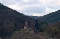 Die Älteste der vier Burgen in Neckarsteinach, welche im Jahre 1142 von den Rittern von Steinach erbaut wurde ist auch unter dem Namen Alt-Schadeck bekannt. Bligger I. war der erste Burgherr, allerdings wurde die Burg zu einer monumentalen Anlage erst von seinem Sohn, der Minnesänger Bligger II., ausgebaut. Im Jahre 1344 liegt die Hangburg zerstört am Halsgraben der Bergseite. In welchem Jahr die Burg zerstört wurde und von wem ist ungeklärt. Im Jahre 1978 wurde bei einer Ausgrabung des Brunnens im Burghof ein Geheimgang in Richtung Mittelburg in 18 Meter Tiefe entdeckt.