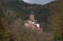 """Burg, auch Schloss Zwingenberg am Neckar wurde von Wilhelm von Wimpfen im 13. Jahrhundert erbaut, wobei die erste urkundliche Erwähnung aus dem Jahr 1326 stammt. Der Neffe von Zwingenberg nannte sich 'von Zwingenberg"""". Die von Zwingenberger waren allerdings als Raubritter bekannt und wurden von der Burg im Jahr 1363 vertrieben. Der Wiederaufbau der Burg erfolgte zirka 1403 durch die Herren von Hirschhorn. Nach dem Aussterben der Familie Hirschhorn wechselte die Burg mehrmals ihren Besitzer. Der heutige Besitzer ist ein Nachfahre des Großherzogs Karl Friedrich von Baden"""