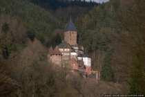 Steil über der Ortschaft Zwingenberg erhebt sich die Burg- und Schlossanlage Zwingenberg, welche größtenteils aus Sandstein erbaut wurde. Die Burg befindet sich in Privatbesitz und ist nicht frei zugänglich.