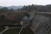 Das Bauwerk (Edertalsperre) ist zirka 400 Meter lang und knapp 50 Meter hoch
