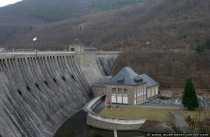 Das Kraftwerk Hemfurth am Fusse der Staumauer erzeugt elektrischen Strom mit Hilfe der Wasserkraft und Turbinen.
