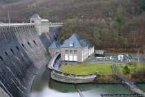 Das Kraftwerk an der Edertalsperre erzeugt bis zu 20 MegaWatt Leistung aus purer Wasserkraft.