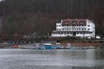 Der Edersee ist ein Freizeit- und Erholungsgebiet. Hier zu sehen ist das Terrassenhotel Loghouse am Edersee.