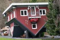 Das tolle Haus am Edersee steht nicht nur außen über Kopf.