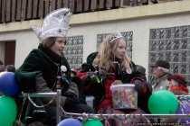 Kinder auf dem Fassenachtswagen