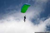 Fallschirmspringer eröffneten die Wallduerner Flugschau