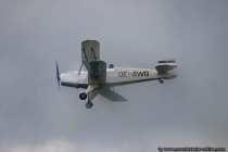 Flugzeug im Rauch und Nebel