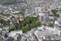 Mitten in Frankfurt eine Parkanlage. In der Stadt von Frankfurt sind immer wieder Grünflächen zu sehen.