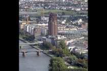 Frankfurt mit Blick auf das Mainplaza (Bildmitte) mit 88m und 24 Stockwerken