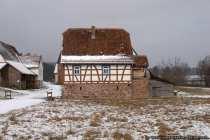 Ländliche Gebäude der vor- bis frühindustriellen Zeit mit Inneneinrichtungen.