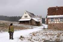 Links steht das Gebäude einer ehemaligen Dachziegelei