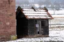 Diese Minischeune oder das Gerätehaus könnte auch als Strafzelle gedient haben, von außen sieht es zumindest recht winzig aus.
