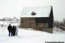 Das Bauernhaus wird mit Bitumenplatten auf der Wetterseite geschützt.