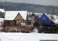 Links: Ein typischer Kleinbauernhof mit ehemaliger Dorfschänke aus dem Neckar-Odenwald-Kreis Dallau.