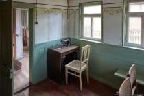 Die sehr kleinen und wenigen Stuben in den Häusern wurden so eingerichtet, dass ein Mehrzweckraum entstand. So befand sich eine Nähmaschine für Näharbeiten, gleichzeitig ein Ofen, welcher die Stube erwärmte und ein Ess- und Gesellschaftstisch mit Stühlen in einem Raum.