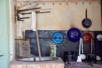 Multifunktionell eingerichtet. Kochen, Waschen, Essen. In den Gebäuden gab es keinen Strom. Mittels Petroleumlampen wurden die Stuben beleuchtet.