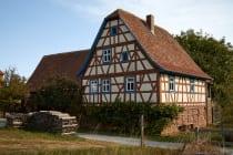 Bauernhof und Wohnhaus mit Poststelle von 1789. Zum Gebäude der Familie Backfisch aus Neckarburken gehörte auch ein Garten sowie verschiedene Obstbäume. Von 1919 bis 1932 war die Neckarburkener Poststelle in einem Teil der Stube eingerichtet.