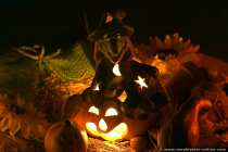Eine leuchtende Hexe auf einem Kürbis mit Gesicht.