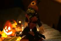 Eine Hexe mit einem Kürbis.