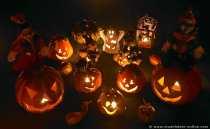 Dekoartikel - Beleuchtete Kürbisse, Hexen und andere Halloweenartikel.
