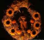 Hexengesteck mit Sonnenblumen und Kürbissen.