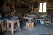 So etwa muss die Schmiedewerkstatt mit Amboss um 1880 ausgesehen haben.