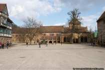 Klosteranlage Maulbronn mit Klosterhofbrunnen (oesterlich geschmueckt)