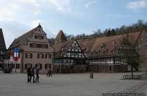 Links: Ehemaliges Marstall, heute Rathaus von Maulbronn. Daneben der Haberkasten, wobei im Hintergrund der Hexenturm zu sehen ist. 3. v.l. Klosterbaeckerei und am Rande kann man noch die Klostermuehle erkennen.